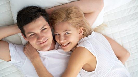 Masturbation la masturbation chez l homme et la femme - Homme et femme qui font l amour au lit ...