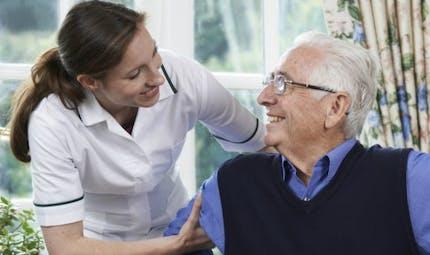 """Maladie d'Alzheimer: la """"thérapie occupationnelle"""" à domicile pour une prise en charge efficace"""