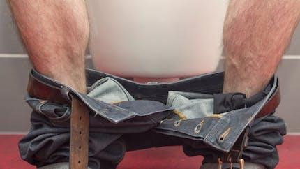Messieurs, faire pipi assis est meilleur pour la prostate!