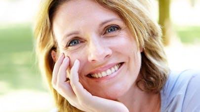 Pourquoi sourire nous fait paraître plus vieux?