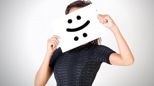 Les visages connus nous paraissent plus heureux