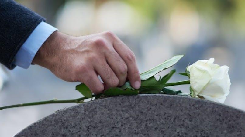VIH, hépatites: l'interdiction des soins funéraires sera levée en 2018