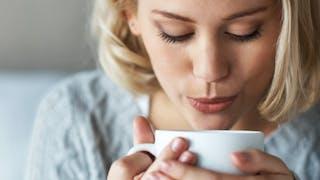 Une boisson chaude peut-elle nous rafraîchir quand il fait chaud?