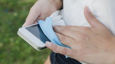Comment limiter les bactéries sur son téléphone portable