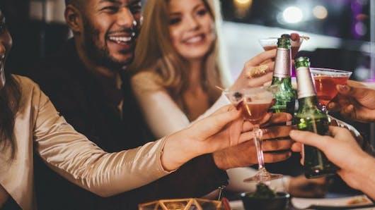 Pourquoi préférons-nous boire le soir?