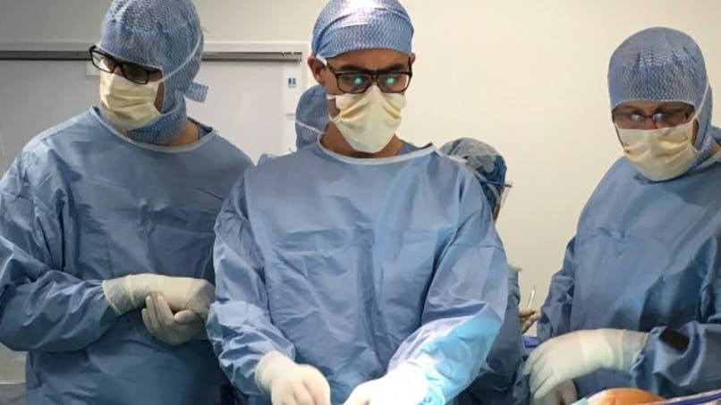 Scoliose: au CHU d'Amiens, un robot aide les chirurgiens