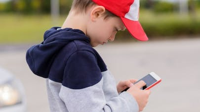 Enfant accro au smartphone: quoi faire?