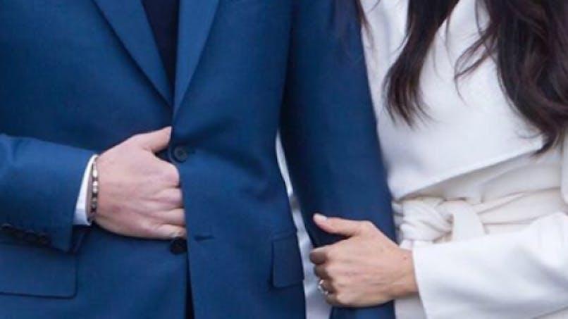 Pourquoi le prince Harry cache-t-il sa main devant les photographes?