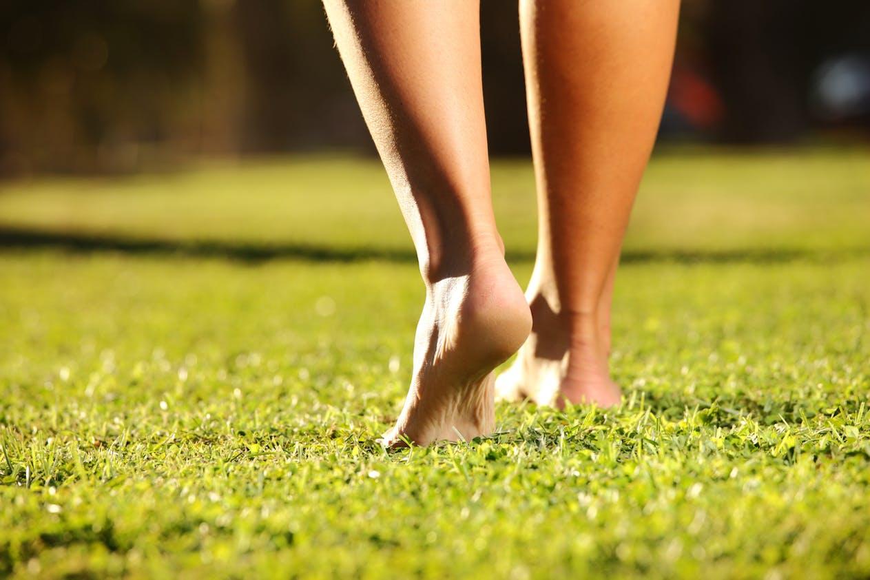 Marcher pieds nus aide à mieux adapter ses mouvements dans l'espace