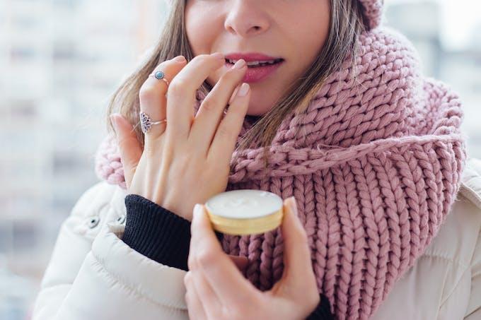 Portéger la bouche du froid avec un baume ou un stick pour les lèvres