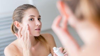 Utiliser un sérum hydratant aide à protéger sa peau du visage du froid