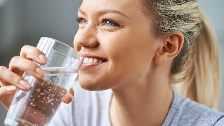 Boire un verre d'eau avant chaque repas