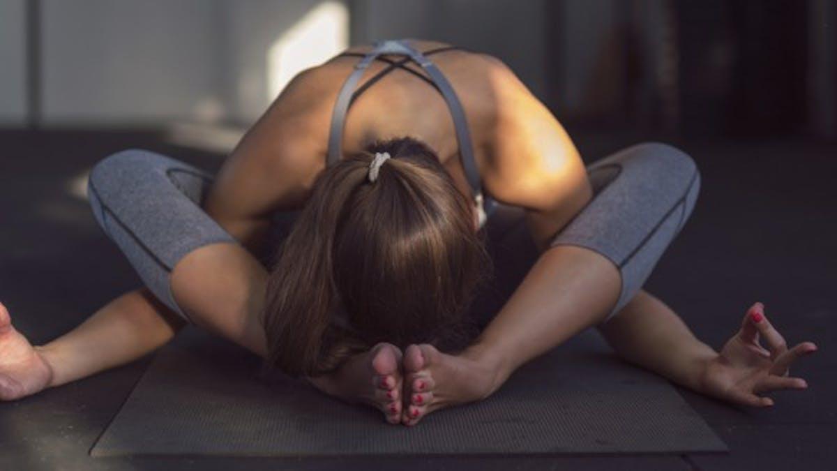 4 conseils pour pratiquer du yoga pendant les règles