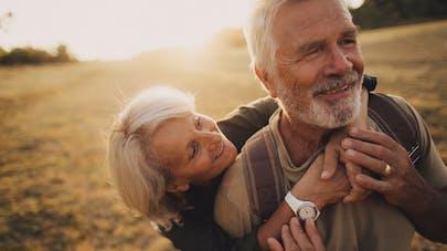 couple de personnes âgées dans un champs