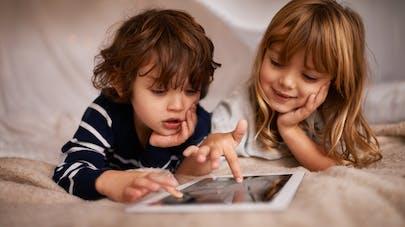 deux enfants jouant sur une tablette