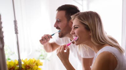 couple se brossant les dents