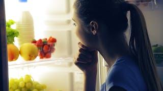 Quoi éviter : manger tard ou ne pas dîner ?