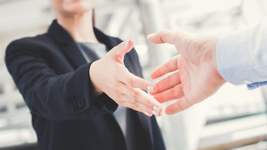 Mains moites : comment en venir à bout
