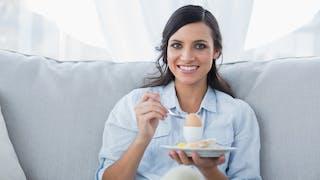 femme mangeant un oeuf