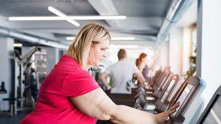 femme obèse en salle de gym