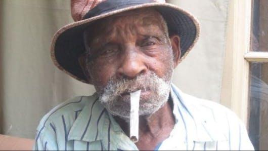 A 114 ans, l'homme le plus vieux du monde veut arrêter de fumer