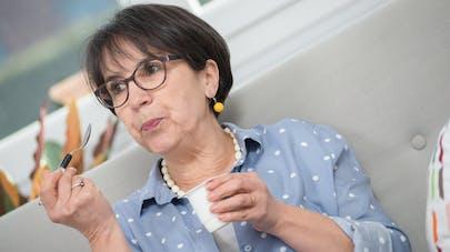 femme mature mangeant un yaourt