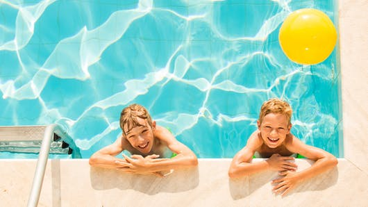 Attention au chlore à la piscine : il est mauvais pour la peau et les yeux !