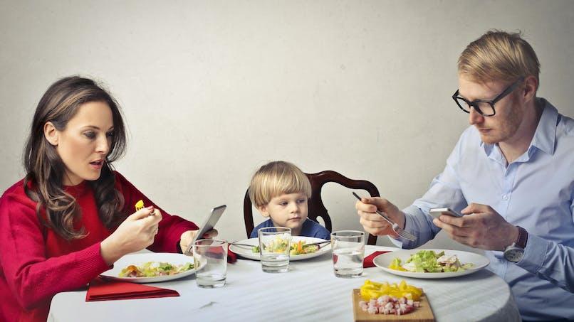 L'usage des technologies durant les activités familiales nuirait à la relation parent-enfant