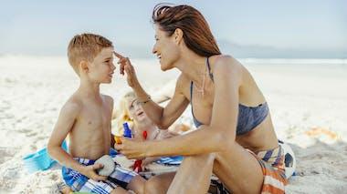 Des crèmes solaires «waterproof» pas si résistantes que ça?