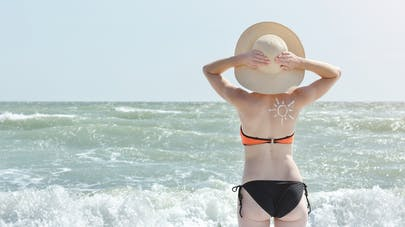 Peaux claires : la crème solaire ne suffit pas contre le soleil