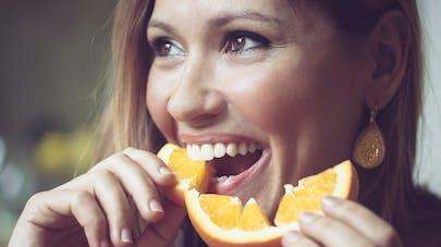 femme mangeant une orange