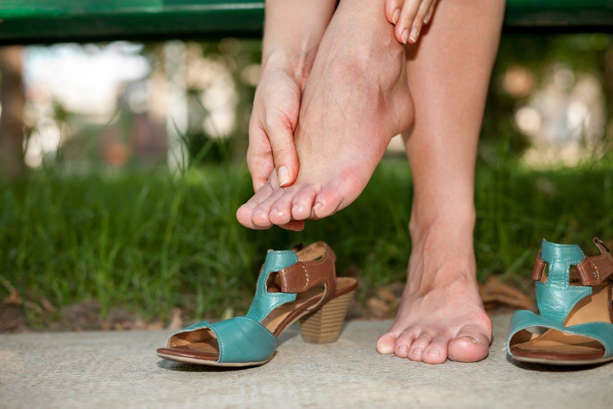Pourquoi les mains et les pieds gonflent-ils ? | Santé Magazine