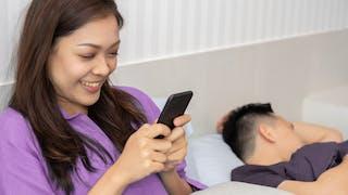Couple : vérifier ses mails à la maison, une mauvaise habitude