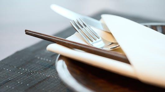 Des baguettes à impulsion électrique pour aider à manger sainement