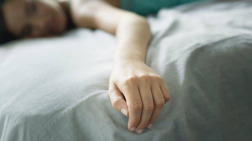 Bras engourdi la nuit : les 4 causes principales