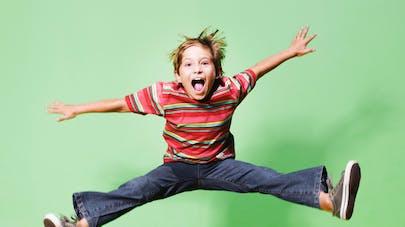 enfant sautant en l'air