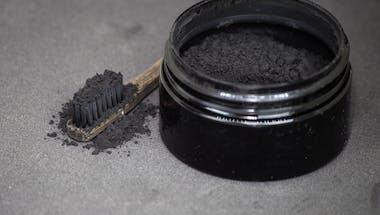 Dentifrice au charbon : ne pas en abuser