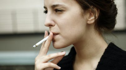 adolescente et cigarette