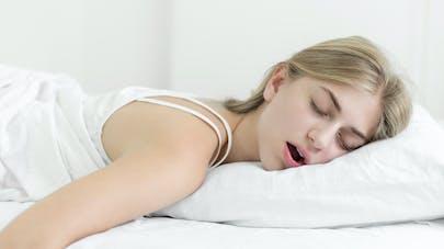 femme dormant la bouche ouverte
