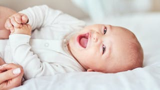 Un bébé rit 17 heures par jour en raison d'une tumeur au cerveau