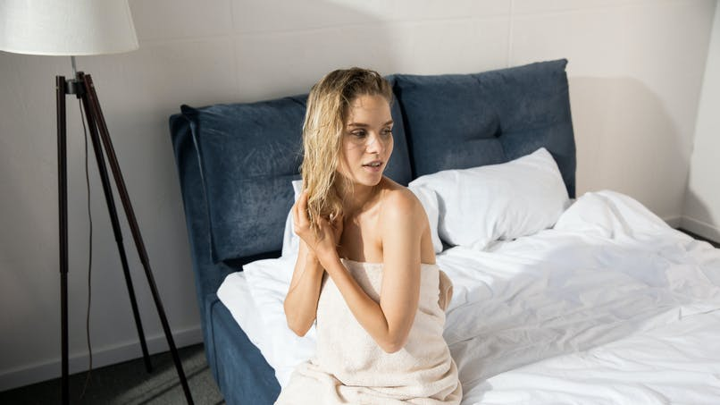 Pourquoi ne faut-il pas se coucher les cheveux mouillés ?