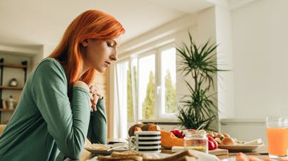 femme seule à table