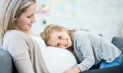 Grossesse : pourquoi le foetus donne des coups dans le ventre ?