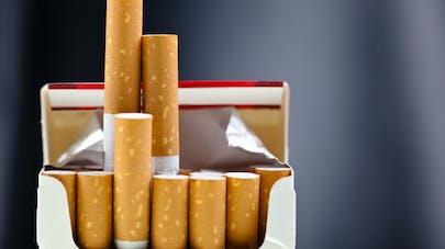Tabac: les fumeurs sont gênés de sortir leur paquet neutre