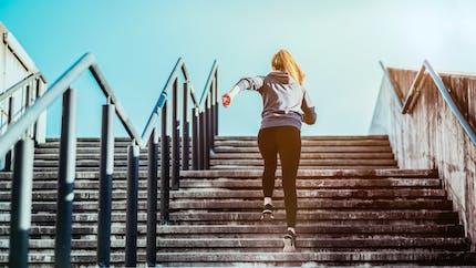Monter les escaliers tout au long de la journée participe à une bonne santé