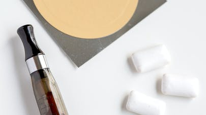 Arrêt du tabac : les cigarettes électroniques feraient mieux que les substituts
