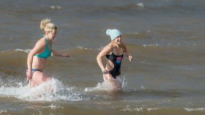 Ménopause : des britanniques se baignent en eau froide contre les symptômes