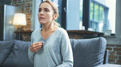 femme anxieuse sur un canapé