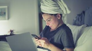 Dormir les cheveux mouillés, bonne ou mauvaise habitude ?