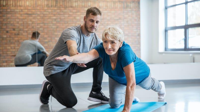 Ostéoporose et yoga : les postures à éviter chez les personnes atteintes
